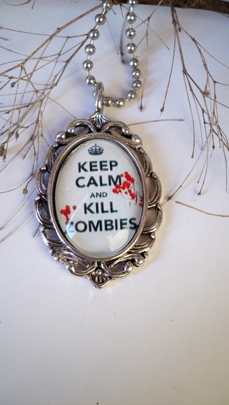 Colar Zumbi Keep calm and Kill Zombies