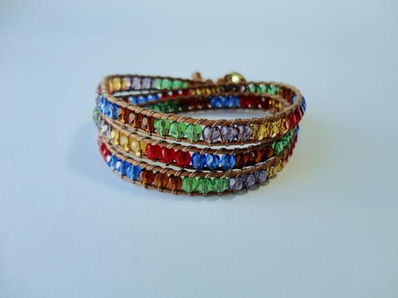 Pulseira de cord�o e cristais coloridos