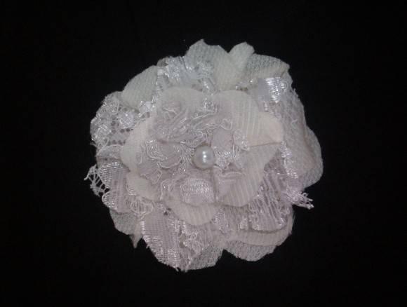 Broche de Flor em tecido renda e fuxico