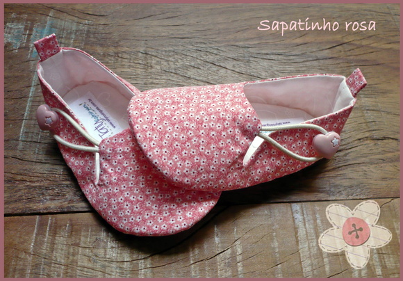 Sapatinho rosa com florzinhas