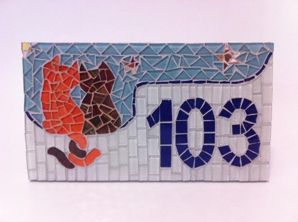 N mero para casa gatos em mosaico coral mosaicos elo7 for Azulejo numero casa