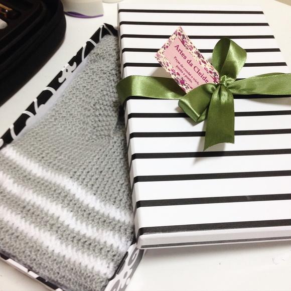 Su ter infantil em croch cinza e branco santa for Craft store santa rosa