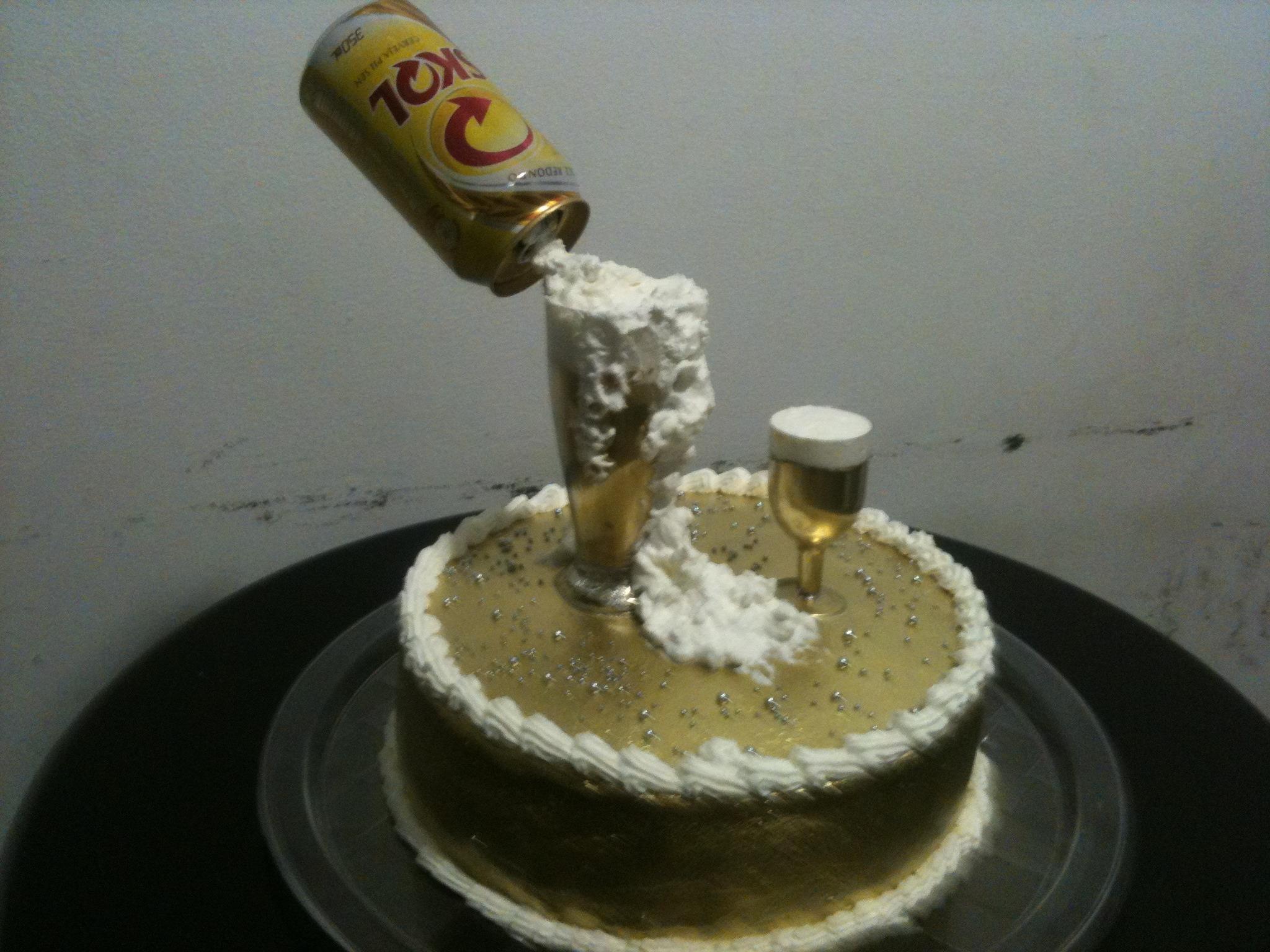 Topo de bolo casamento - casal cerveja   Ateliê Biscuit ...: http://www.elo7.com.br/bolo-cerveja-skol/dp/2A6DC4