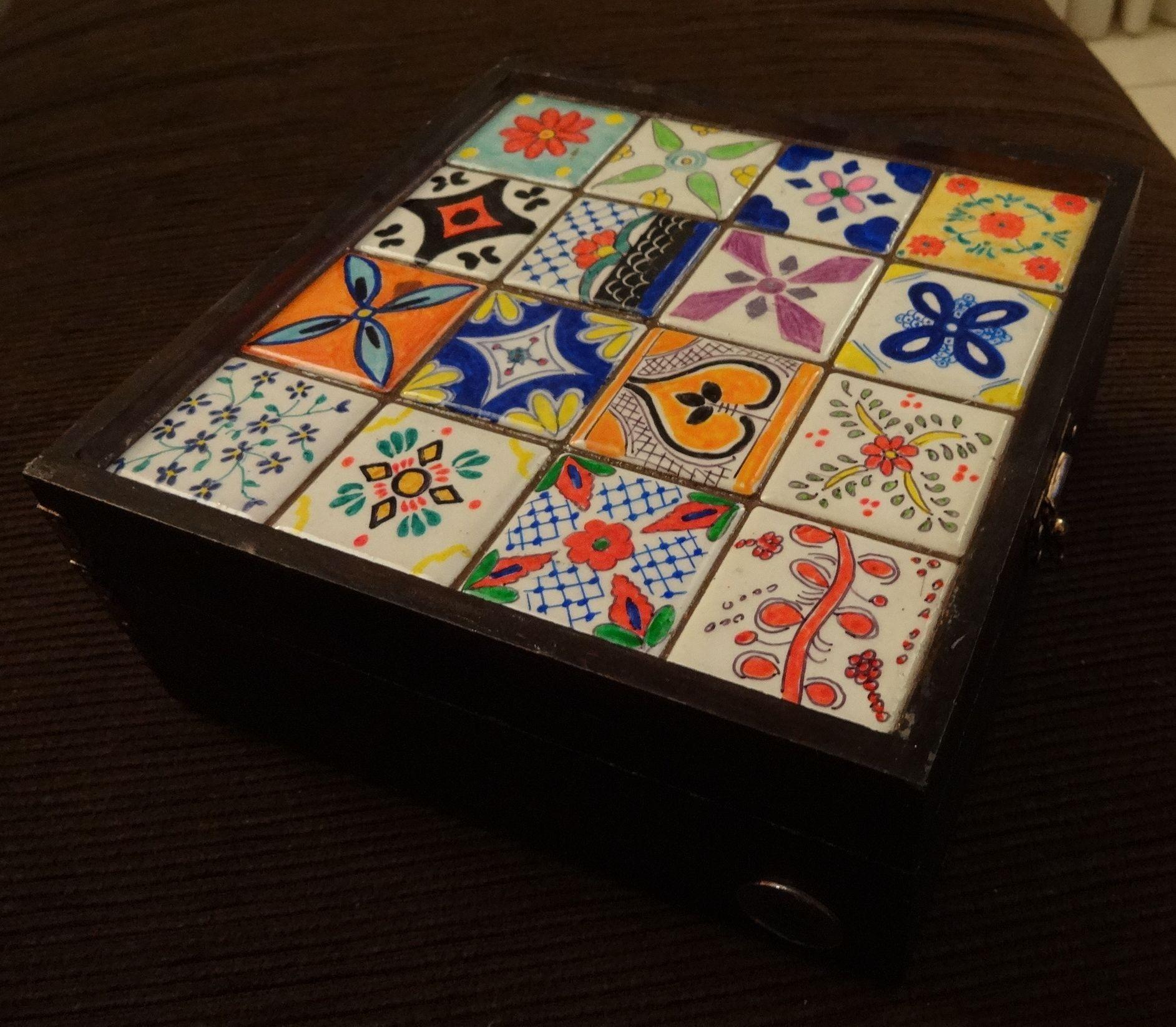 Caixa com azulejos pintados a mão Marjorie Alcazar arte & design  #AD361E 1884x1646 Banheiro De Azulejo Pintado