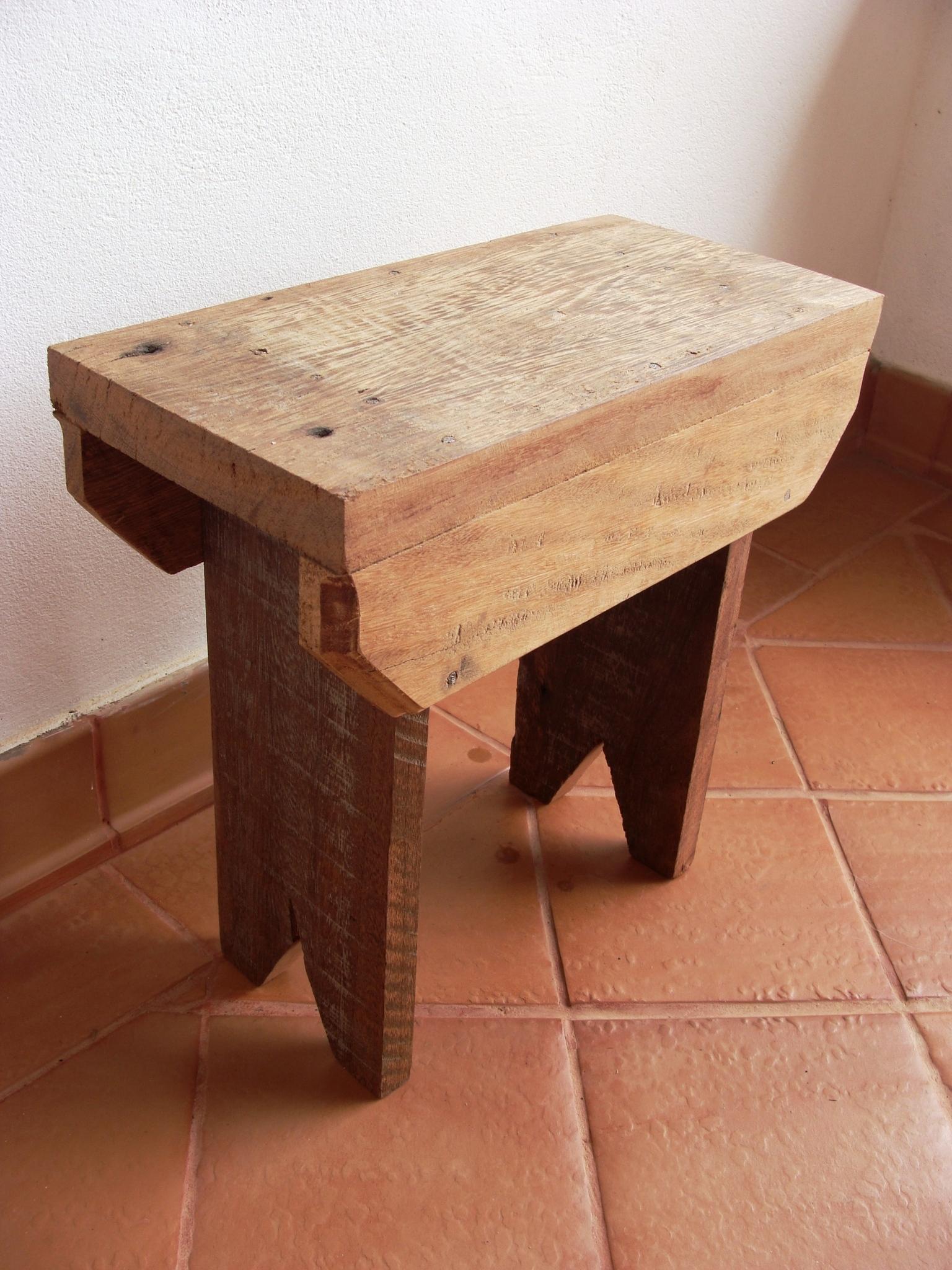 Banquinho de madeira de demolição Banquinho de madeira de  #3D1910 1536x2048