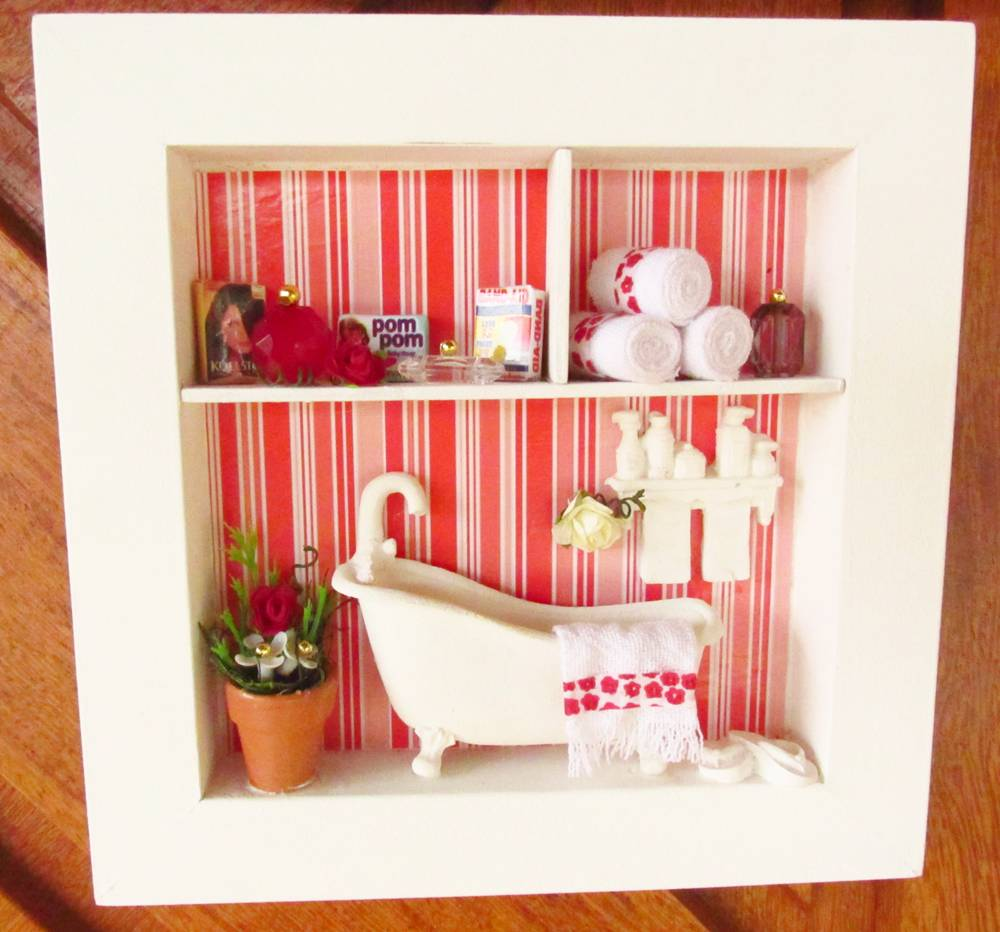 decoracao de banheiro vermelho e branco:-vermelho-e-branco-roombox-para-banheiros trio-de-quadros-vermelho-e