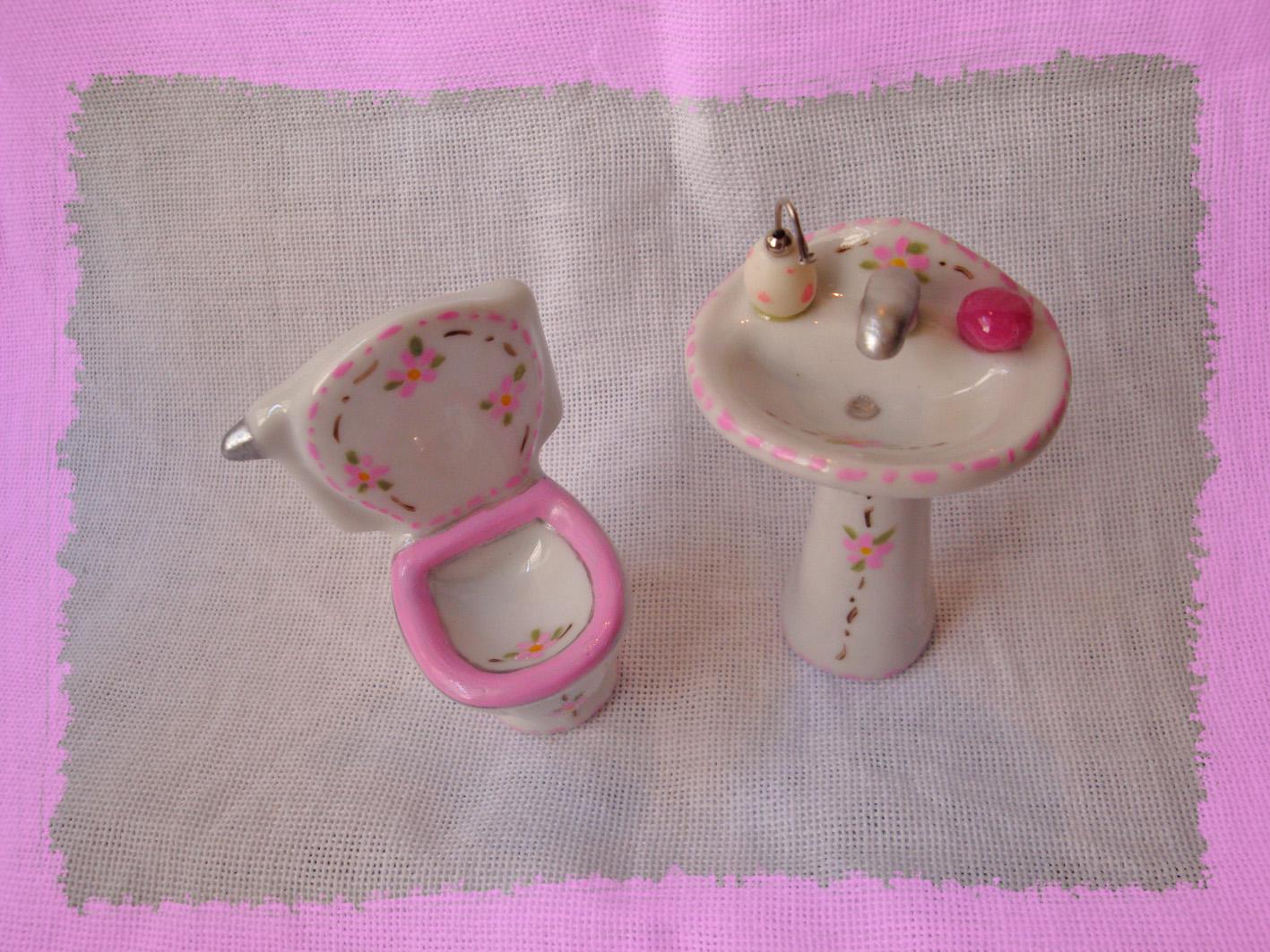 de banheiro rosa:02 mini pecas de banheiro rosa branco cor de rosa #913A85 1417x1063 Balança De Banheiro Rosa