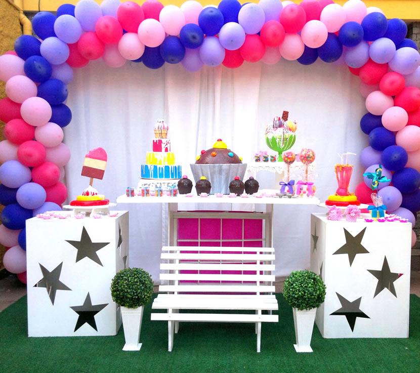 mesa de guloseimas ou mesa de doces para festa infantil