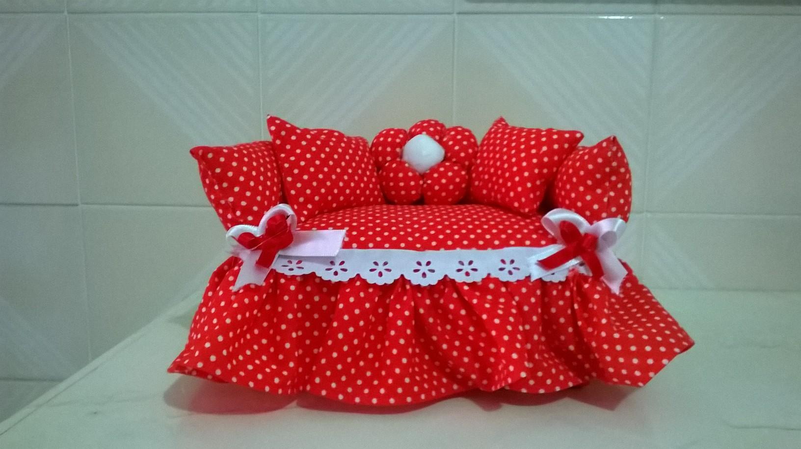 sof em tecido vermelho c bolinha dinha croch artesanatos elo7. Black Bedroom Furniture Sets. Home Design Ideas