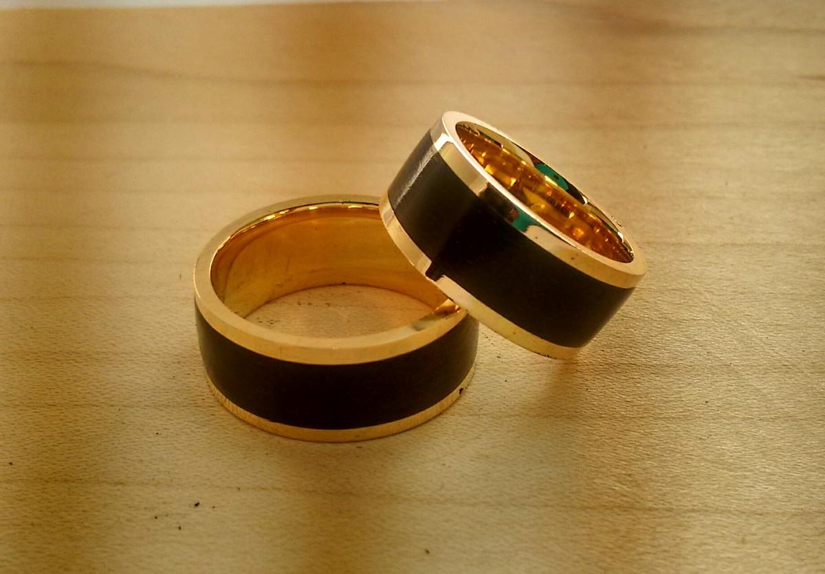 par alianca de ouro 18k madeira ebano alianca de madeira alianca de  #864307 1200x835