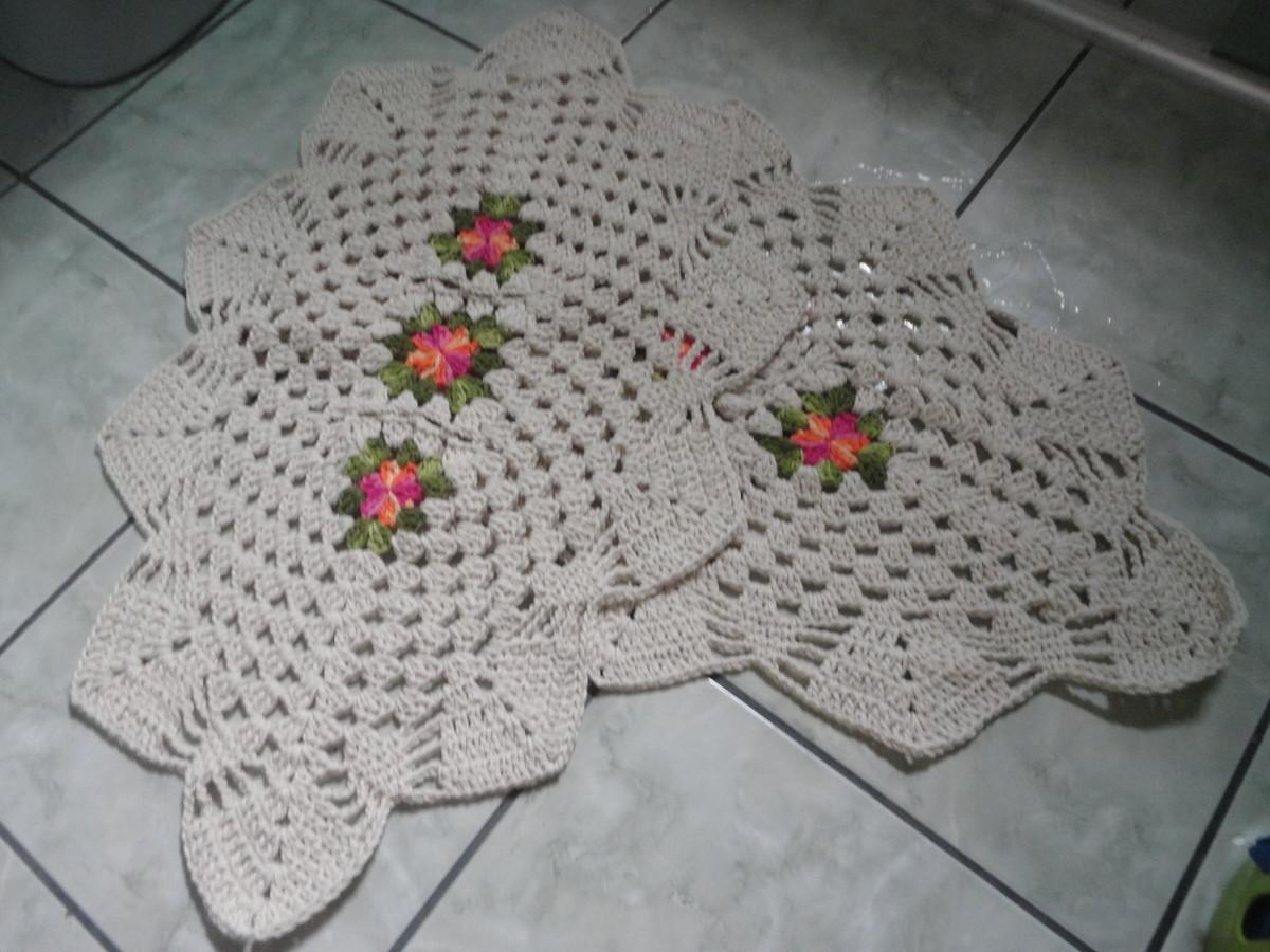 Fotos De Jogo De Tapetes P Banheiro Em Crochê Flores Valparaíso De  #6D4445 1200 900