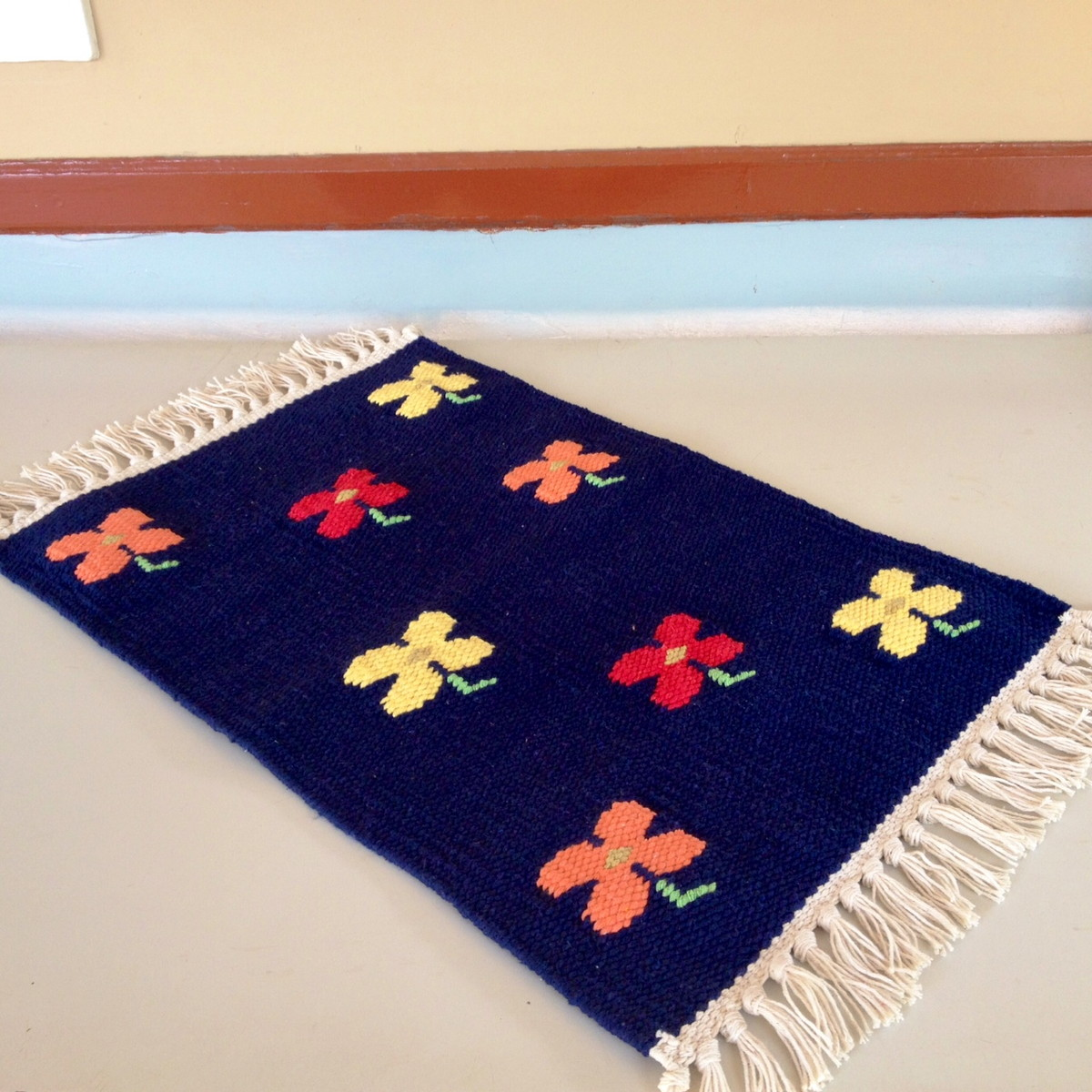 Tapete floral azul marinho lucotinha elo7 for Tapete floral
