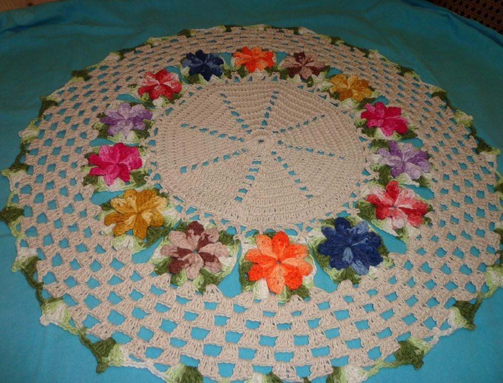 Tapete ou centro de mesa florido meus croches elo7 for Tapete mesa