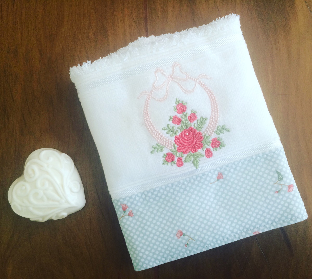 toalha de lavabo bordada floral ateli ana mello elo7. Black Bedroom Furniture Sets. Home Design Ideas