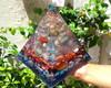 Orgonite De Cristais Super Piramide Bicolor 1,5kgx15cmx14cm