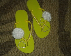 Chinelo decorado com strass e cetim