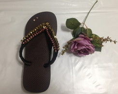 Chinelo decorado com strass e aplique
