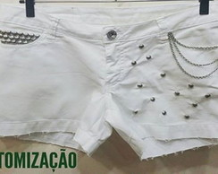 Shorts branco com correntes e spikes