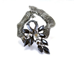 Broche de metal com strass