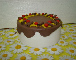 Bolo decorado com calda de chocolate