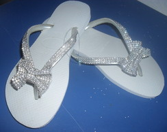 Chinelos Havaianas decorados com manta de strass...