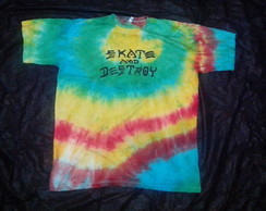 Camiseta tie dye com estampa skate and d