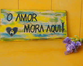 Placa Decorativa O amor mora aqui