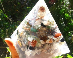 Orgonite de Cristais Super Piramide