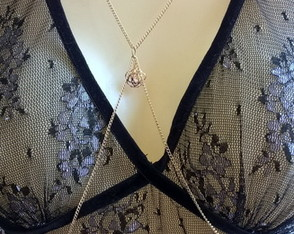 Body Chain Dourado Rosa e Mini Cristais