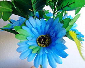 Gerbera artificial Off-White com degradê-azul