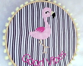 Quadro flamingo bordado no bastidor