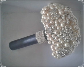 buque-de-perolas-e-broches-charmoso-pearls-bouquet