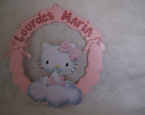 enfeite-porta-maternidade-tema-hello-kit-decoracao-quartinho-hello-kitty