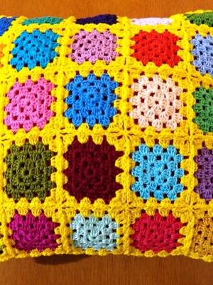 Almofada de Granny Squares em amarelo