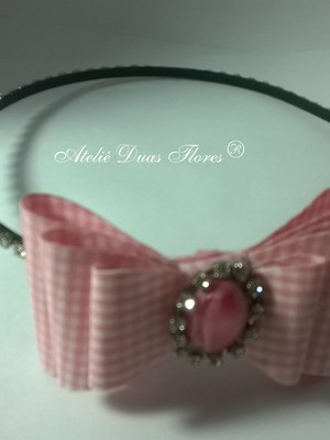 Tiara com strass e laço xadrez rosa