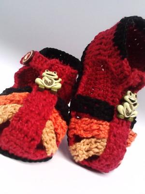 A85 Sandalinha de croche vermelha menino