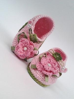 A335 Sapatinho de croche rosa de menina