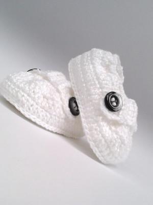 3A354 Sapatinho de croche branco menino