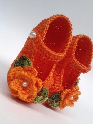 A244 Sapatinho de croche laranja menina