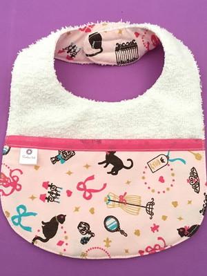 Babador atoalhado com bolso cor rosinha com branco gatinhos
