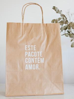 "Sacola Kraft ""Esse Pacote Contém Amor"" Branco | 24x31x10 cm"