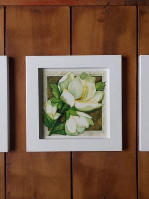Trio de Quadros Brancos de Flores com Moldura e Vidro