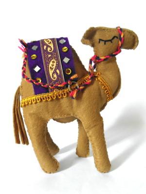 Camelo decorativo em feltro bege escuro roxo