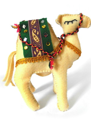 Camelo decorativo em feltro bege claro verde
