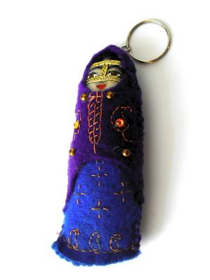 Chaveiro em feltro boneca iraniana -violeta e azul