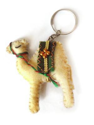 Chaveiro em feltro camelo bege claro verde
