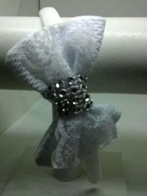 Tiara branca com laço de tecido piquê e renda
