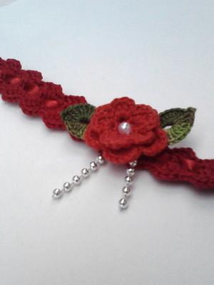B1 Tiara de croche vermelha com flor folha e fita de cetim