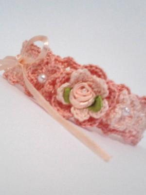 B5 Tiara de croche salmao com flor e fita de cetim