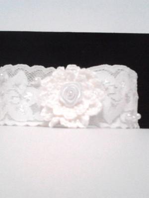 B10 Tiara branca de renda elastica flor croche e perolas